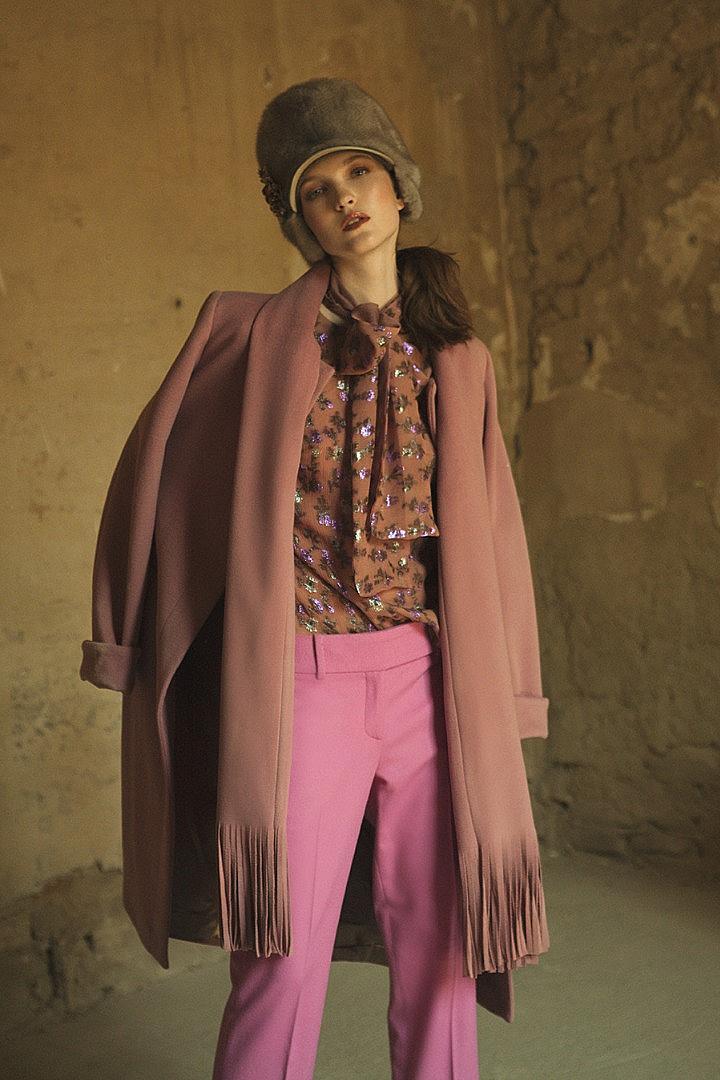 шапка INVERNI, брошка FLOWERY By Roberto Lonoce, риза FEDERICA LANARI, палто TENAX, панталон ERMANNO SCERVINO