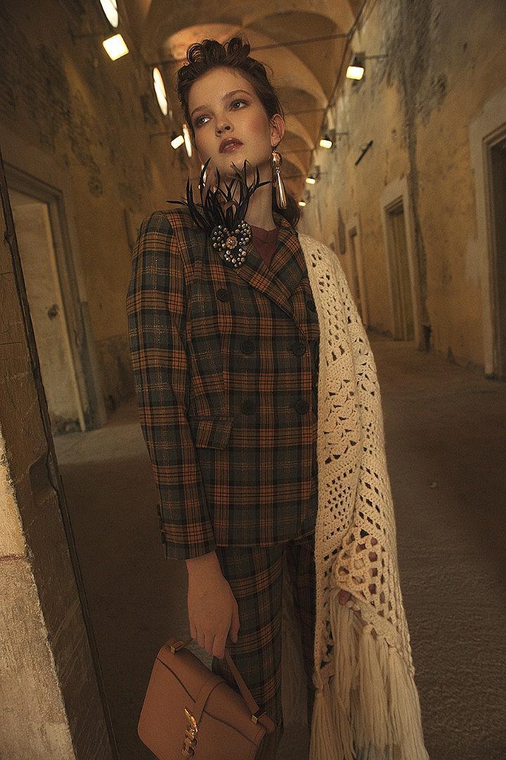 риза MAX MARA, костюм TENAX, брошка FLOWERY BY ROBERTO LONOCE, чанта TRUSSARDI, шал NICOLA LUCCARINI