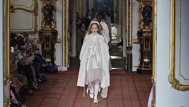 Simone Rocha облече моделите в любовни послания