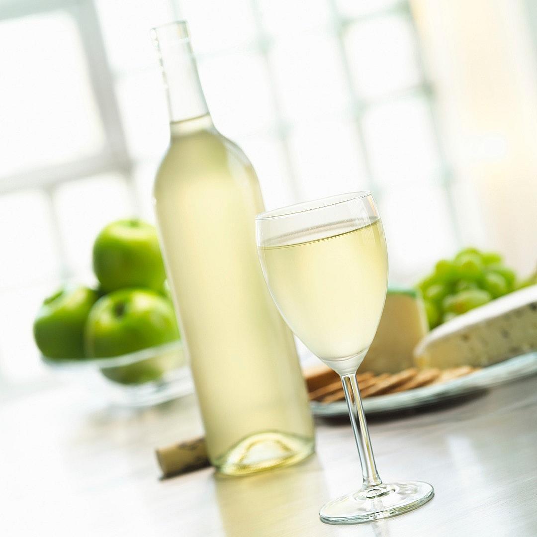 СОВИНЬОН БЛАН + МОЦАРЕЛА Лек аромат на сено, тропически плодове и цариградско грозде – виното совиньон блан е истински разкош. Допълнете чувственото усещане с прясна моцарела с изтънчения млечно-сладък вкус.