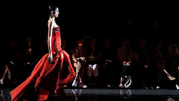 49 червени визии от подиума на висшата мода