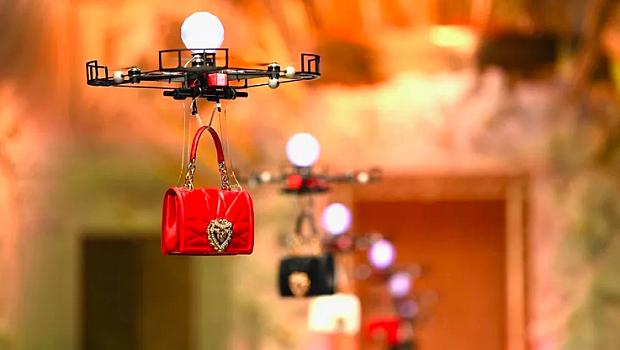 """Летящи дронове """"дефилираха"""" по модния подиум с новите модели чанти на Dolce&Gabbana"""