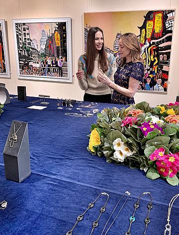 Княгиня Мириам де Унгрия на откриването на изложбата си заедно с главния редактор на ELLE България Мария Георгиева