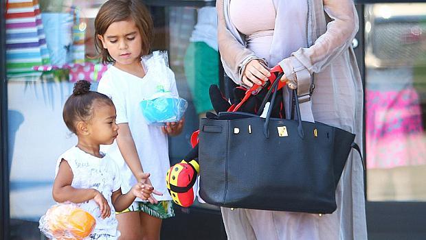 Ким Кардашиян носи памперсите на децата си в чанта за 50 000 долара