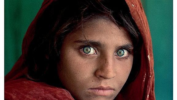 Известния кадър на Афганистанското момиче ще видим в София