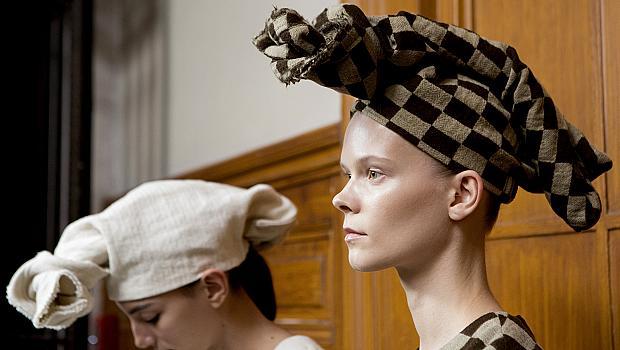 Заменяме шапките с кърпи и шалове за глава
