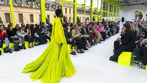 Неонова пролет вкъщи: ярките модели, които да извадим от гардероба веднага