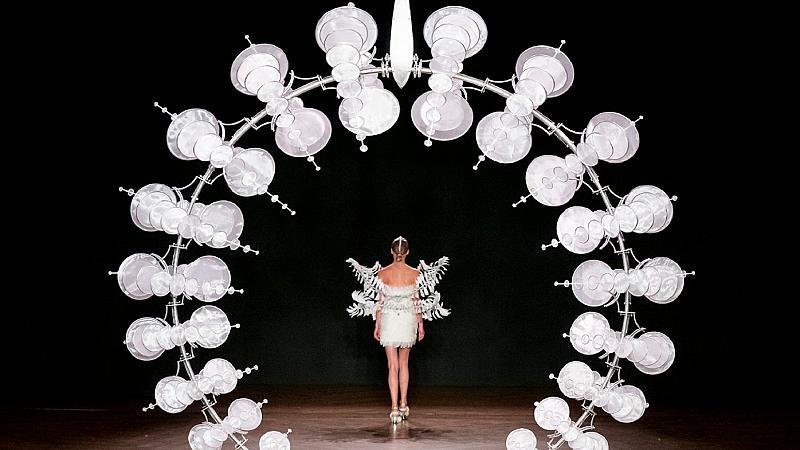 """""""Hypnosis"""" – хипнотичната колекция висша мода на Iris van Herpen"""