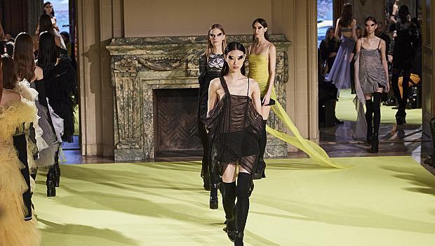Триумфът на дългите черни чорапи през погледа на Vera Wang