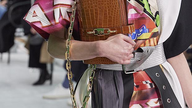 25 малки чанти с дълга дръжка, които да прибавим към ежедневните си визии