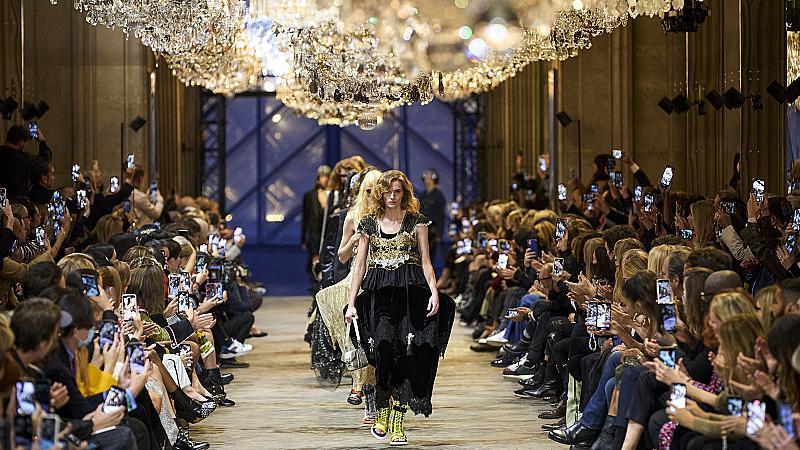 Никола Гескиер интерпретира гардероба на кралските особи в колекцията на Vuitton