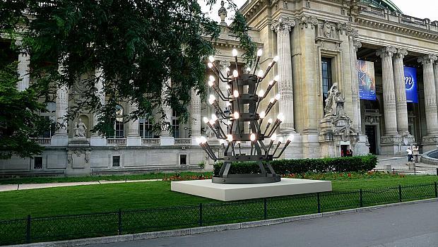 Български художник с монументална скулптура в Париж