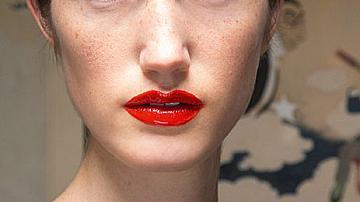 Устни в червено
